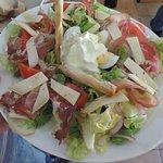 Salade Paysanne : Tomme de vache, coppa de montagne, vinaigrette à la truffe noire