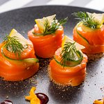 Рулетики из лосося с творожно-сливочным сыром