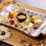 Ассорти сыров с миндалем в соленой карамели и апельсиновым конфитюром