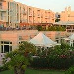 Вид на отель с променада.