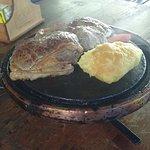 O prato vem dessa forma, com batata recheada com queijo.