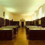 Sala donde se exponen documentos y mapas de la biblioteca
