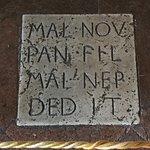 Inscripción de la fundación de Malatesta Novello en los suelos de la biblioteca