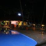Piscina e bar a noite