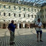Innenhof des Besucherzentrum und Zugangskontrolle