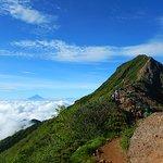 赤岳の左に富士山