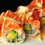 64. Crispy roll - Tartara di salmone leggermente piccante, avocado, philadelphia, scaglie mandor