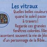 Les vitraux : Regarde ces grandes fenêtres colorées
