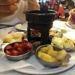 O chocolate muito saboroso e as frutas perfeitas.