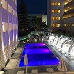 Het zwembad mooi verlicht 's avonds