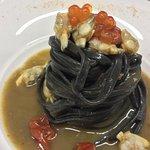 Tagliolini neri freschi con vongole veraci, pomodorini confit e caviale di salmone