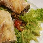 Sanduíche de frango, cebolas caramelizadas, salada e azeitonas