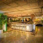 Un bar con variedad de cocoteles y bebidas