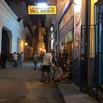 Pintorezca calle donde se encuentra La Bodeguita