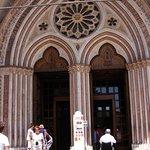 Az alsó templom bejárata a rózsa ablakkal.