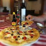Me.ofrecio el Mesro Victor una excelnte pizza Griega deliciosa