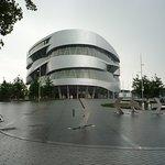Само по себе здание имеет интересную архитектурную концепцию