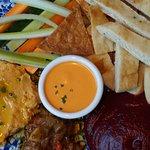 Dips mediterráneos, Spicy feta, chrain de remolacha, hummus y caponata siciliana con crudites de