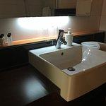 Waschbecken mit schöner indirekter Beleuchtung