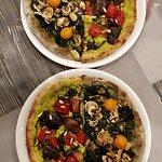 Pizze Vegane con impasti biologici superlativi e con sopra creme di verdure e verdure fresche!