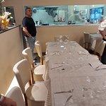 Tavoli e cucina a vista