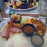 oeufs sur plat et assiette de fruits