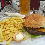Cheeseburger mit Pommes frites