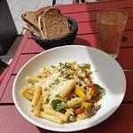 Pastagericht mit Gemüse und Parmesan