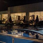 Vue sur piscine et restaurant buffet