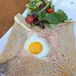 Francouzská Galette s domácím vejcem, 48% sýrem Gouda a belgická šunka