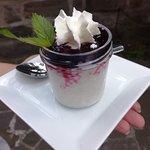Tapiokový puding s borůvkami a šlehačkou