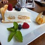 Klářin dortík ze zakysané smetany, šlehačky dochucený cukrem s pravou vanilkou, cukrářské piškot