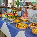 Colazione a buffet dolce e salato con prodotti tipici locali biologici