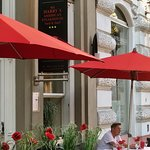 Die Taunusstraße ist geprägt von prächtigen Gebäuden mit schönen Läden und Restaurants.