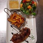 L'une de nos suggestion : côte de magret de canard d'origine française, sauce au poivre.