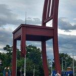 صورة فوتوغرافية لـ Broken Chair Sculpture