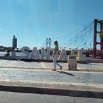 Desde la Avenida Costanera, al fondo la laguna Setúbal y el Puente Colgante