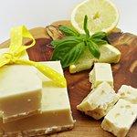 Chocolate artesano blanco con cáscara de limón