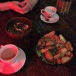 борщ и сковорода с сосисками