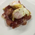 Huevos sobre Montaña de patatas y Jamón