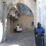 A entrada da Vila e seus guardas típicos da época.
