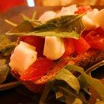 Bruschetta con pomodorini freschi, mozzarella di bufala e basilico