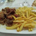 1 demi portion de lapin servi avec frites et riz (4 euros)