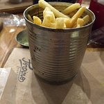Batata frita na lata de leite condensado enferrujada.
