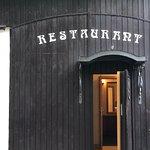 黒壁のレストラン入り口
