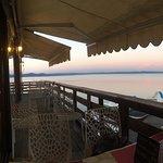 veduta della palafitta e del lago al tramonto