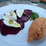 Vorspeise (gebackene Rote Beete, Büffel-Morzarella, Tomatenmus mit Agar-Agar, Basilikum, Pfeffer