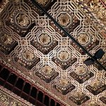 Artesonado del techo en el interior del palacio.