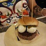 hamburger,salsa ai pistacchi e mozzarelline di bufala