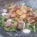 Ensalada de hojas verdes, tartar y foie